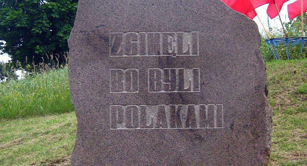 Tablica na wzgórzu w Gibach
