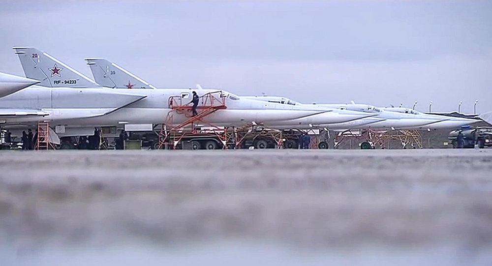 Bombowce dalekiego zasięgu Tu-22M3 przygotowują się do startu z bazy wojskowej w Rosji.