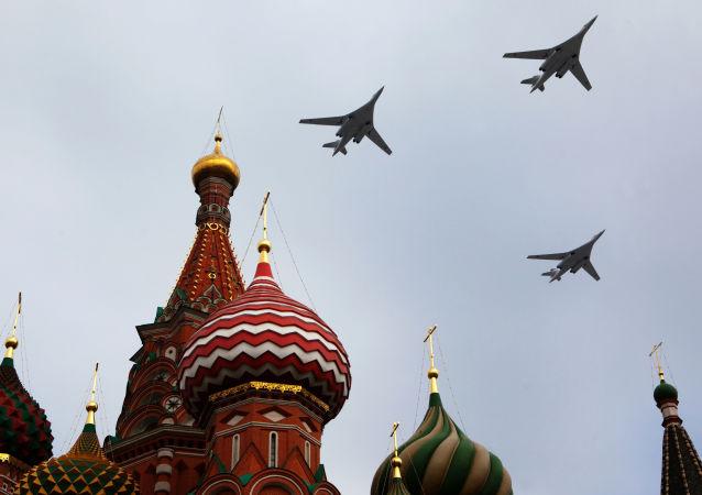 Tu-160 – radziecki i rosyjski turboodrzutowy ponaddźwiękowy bombowiec strategiczny o zmiennej geometrii skrzydeł. Jest to najcięższy samolot bojowy świata. Obok Tu-95 stanowi podstawowe uzbrojenie rosyjskiego lotnictwa strategicznego.