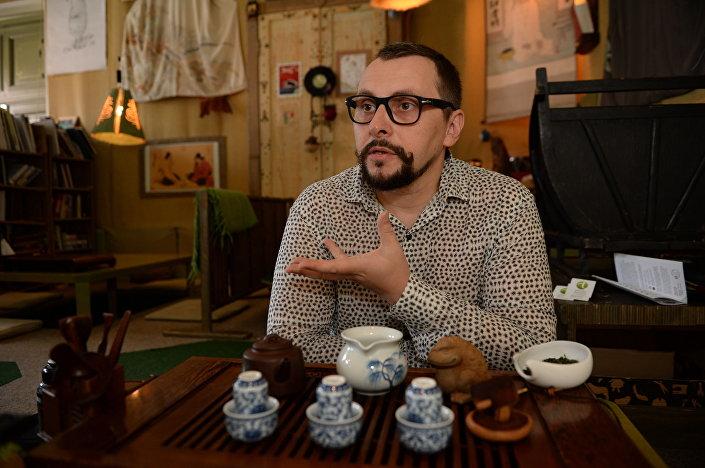 Wiktor Jenin jest pierwszym w kraju, a może i na świecie, kto postanowił połączyć dwa składniki – tradcyjną kulturę herbacianą z wyszukanym zimnym deserem.