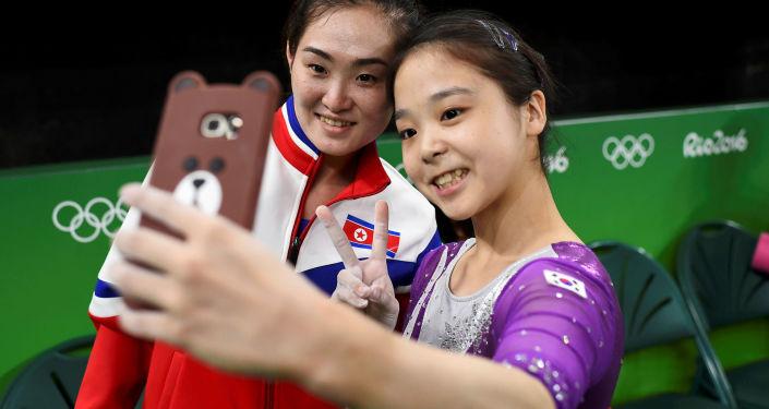 Wspólne selfie gimnastyczek z Korei Północnej i Południowej
