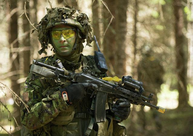 Estoński żołnierz w czasie szkoleń NATO w 2014 roku