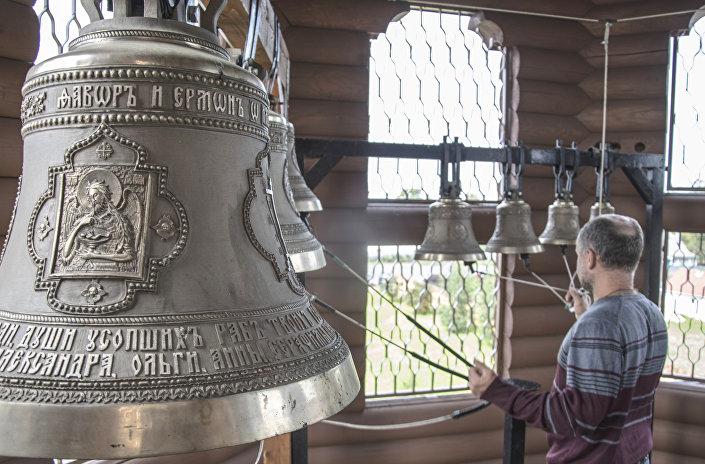 Dzwonnik cerkwi Serafina Sarowskiego w miasteczku Łotoszyno obwodu moskiewskiego.
