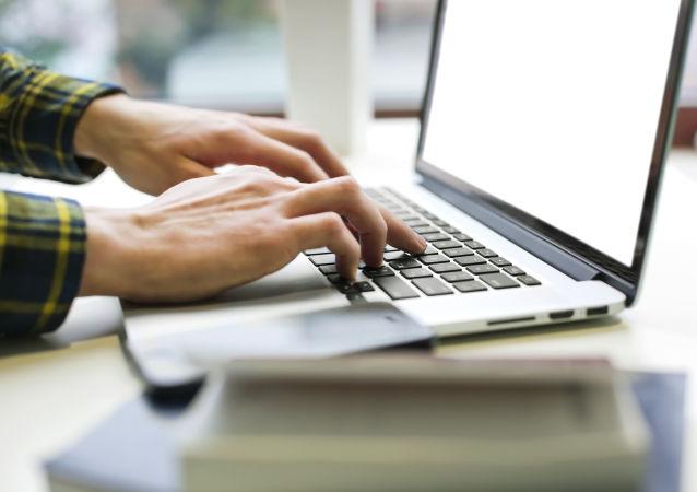 Mężczyzna z laptopem