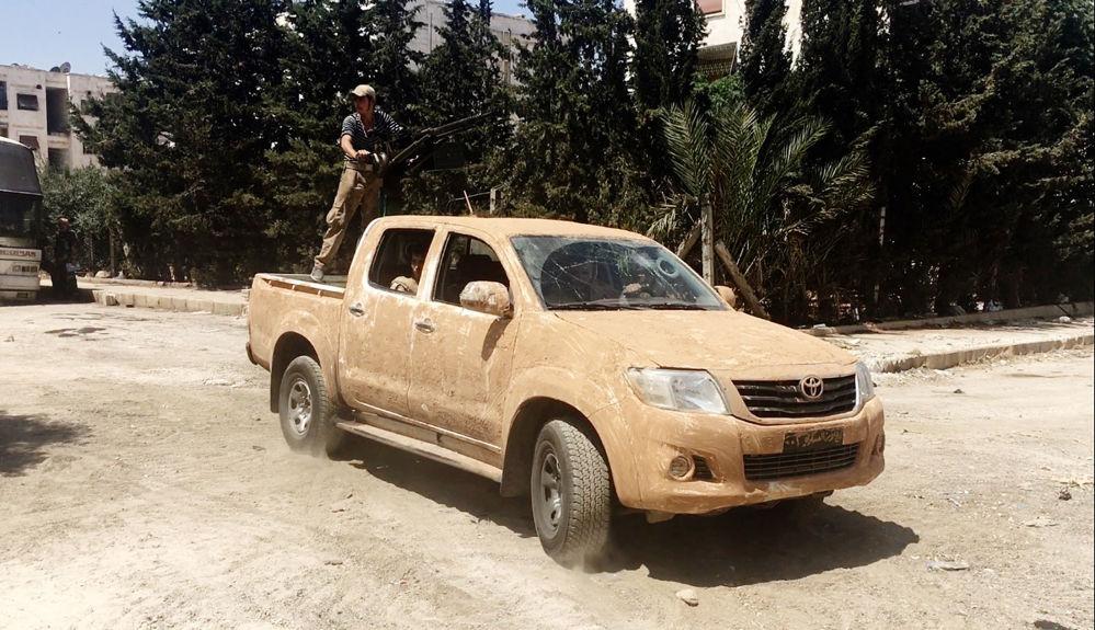 Syryjska armia podczas szturmu na szkoły wojskowe na południowym zachodzie Aleppo.