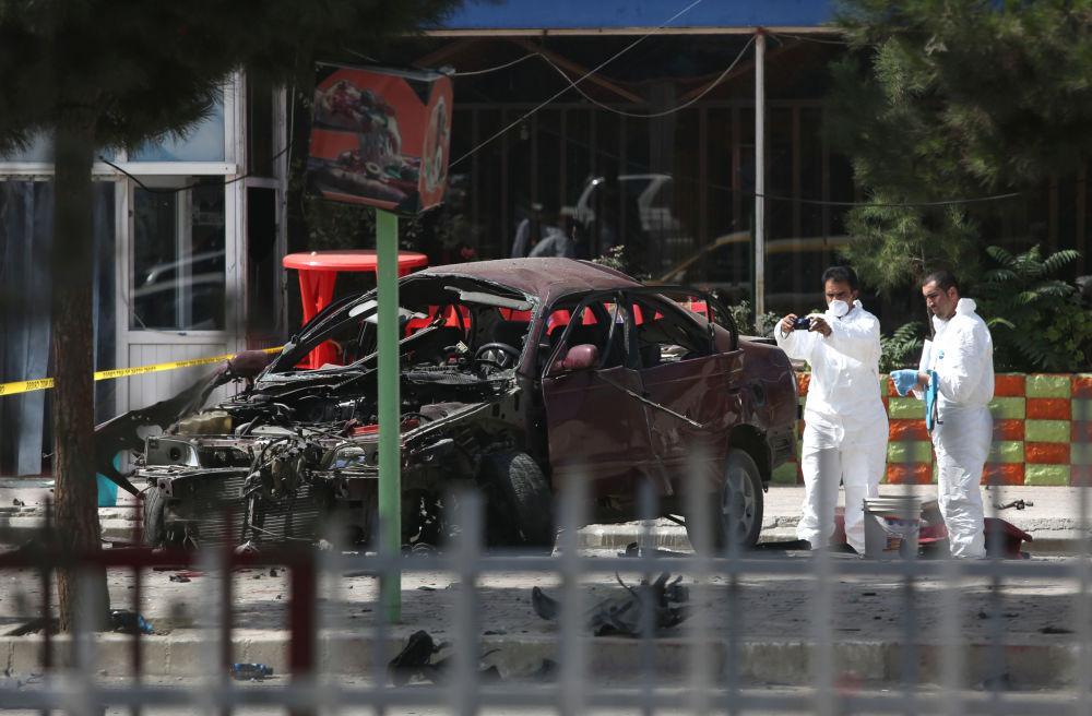 Afgańscy pracownicy służby bezpieczeństwa oglądają miejsce wybuchu przed ambasadą Stanów Zjednoczonych w Kabule