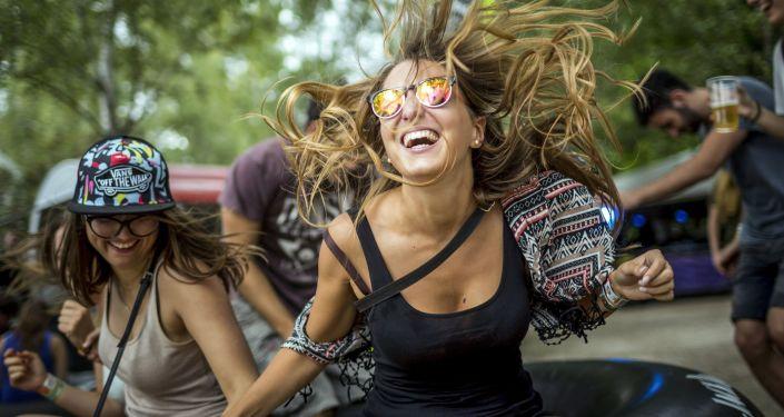 Dziewczęta tańczą podczas festiwalu muzykalnego w Budapeszcie, Węgry