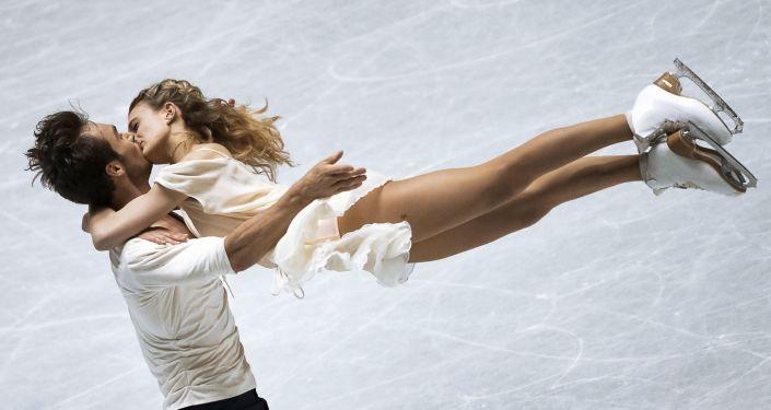 Łyżwiarze Gabriella Papadakis i Guillaume Cizeron na grupowych Mistrzostwach Świata w łyżwiarstwie figurowym w Tokio