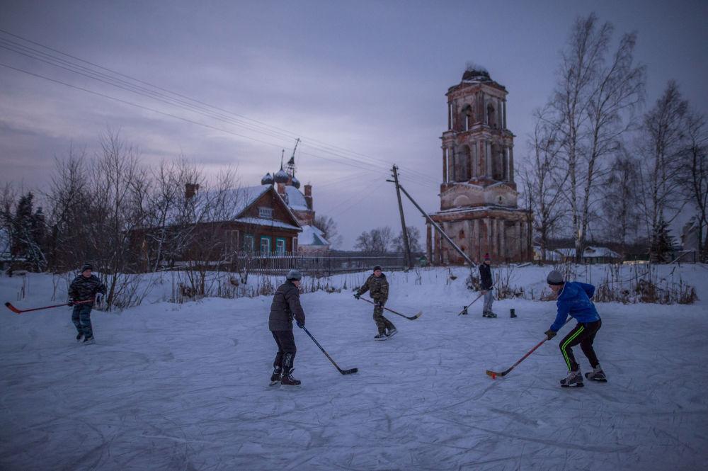 Dzieci grają w hokeja we wsi Szyrynie w obwodzie jarosławskim