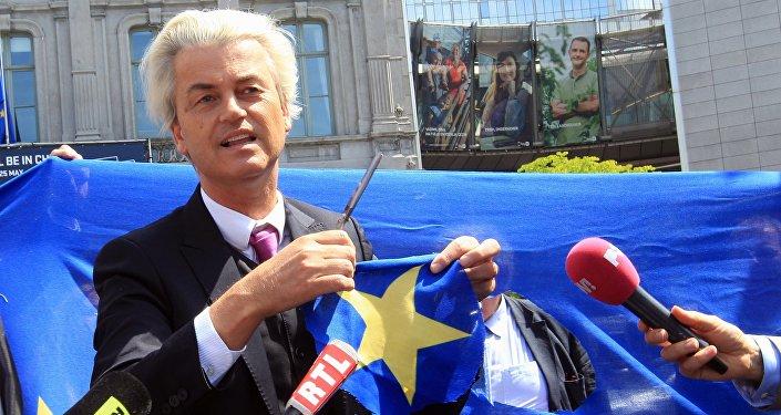 Holenderski populista i eurosceptyk Geert Wilders wycina gwiazdę z flagi UE tuż przed budynkiem Parlamentu Europejskiego w Brukseli