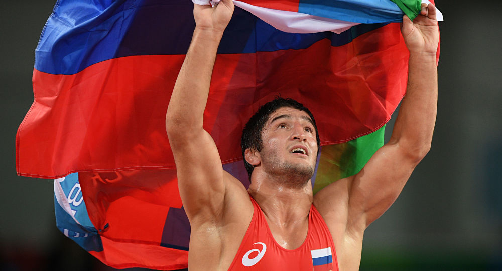Zapaśnik Abdułraszyd Sadułajew z rosyjską flaga na XXXI Letnich Igrzyskach Olimpijskich