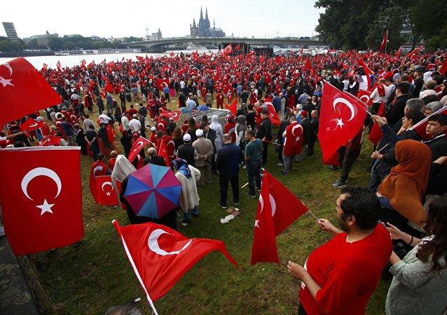 Zwolennicy prezydenta Erdogana podczas prorządowego protestu w Kolonii, 31 lipca 2016