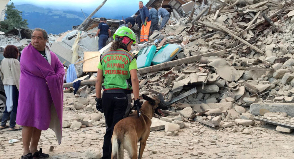 Trwa akcja poszukiwawcza z wykorzystaniem psów tropiących.