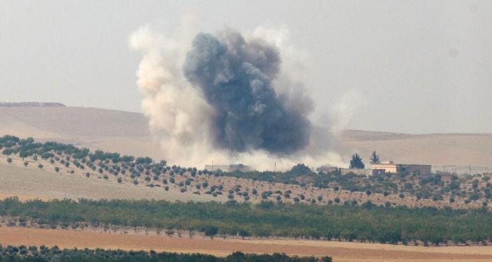Dym unoszący się nad przygranicznym mieście Dżarabulus w Syrii