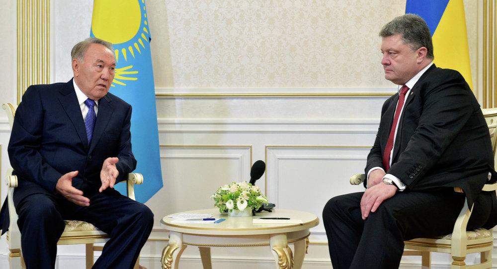 Kazakhstan's President Nursultan Nazarbayev (L) and Ukrainian President Poroshenko during the negotiations in Minsk, Belarus.