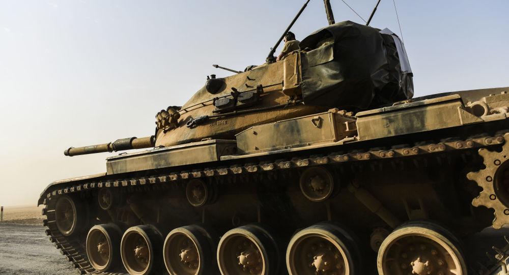 Żołnierz tureckiej armii w czołgu przy granicy z Syrią