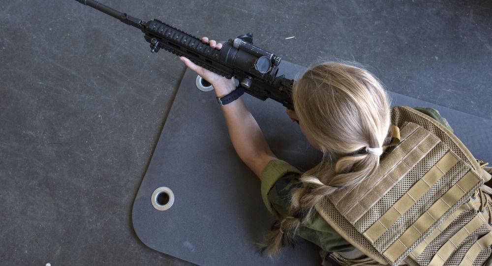 Uczennica z bronią.