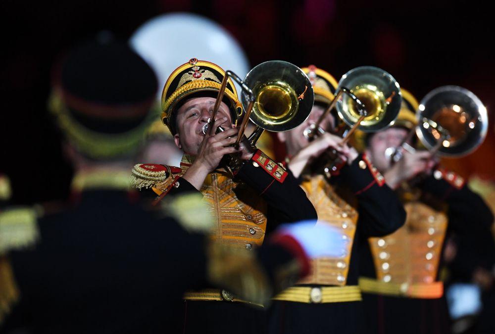 Orkiestra ministerstwa obrony Rosji podczas ceremonii otwarcia 9. edycji Międzynarodowego Festiwalu Orkiestr Wojskowych Spasskaja Basznia