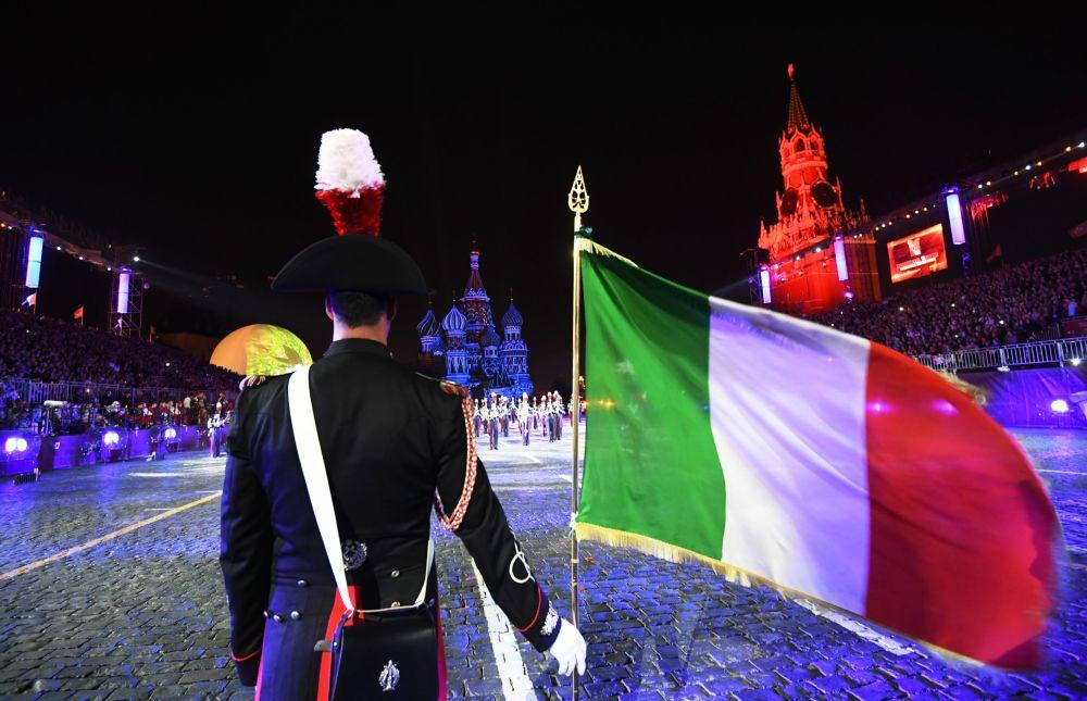 Uczestnicy z Włoch podczas ceremonii otwarcia 9. edycji Międzynarodowego Festiwalu Orkiestr Wojskowych Spasskaja Basznia