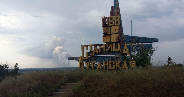 Pomnik przy wjeździe do stanicy Ługańska na linii frontu w Donbasie