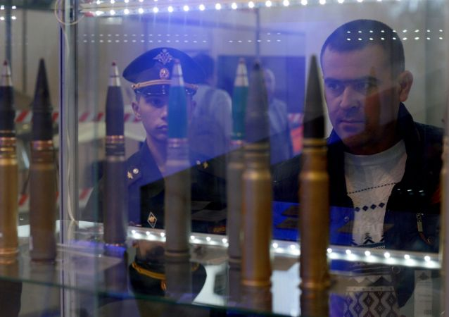 """Naboje 30 mm na stoisku koncernu """"Techmasz"""" na międzynarodowej wystawie """"Dzień Innowacji Ministerstwa Obrony Rosji - 2015"""" w mieście Kubinka"""