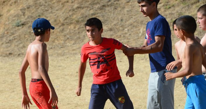 Bijatyka pomiędzy graczami podczas piłkarskiego spotkania towarzyskiego między ulicami Winogradną i Zapadną we wiosce Werchnij Dżałgan rejonu derbenckiego Dagestanu.