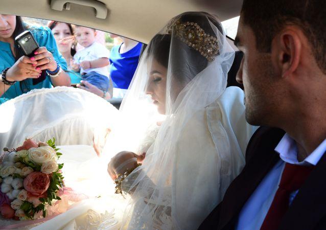 Państwo młodzi Marlen Gadżiahmedow i Mumisza Seferowa wyjeżdżają z domu panny młodej we wsi Tabasaran rejonu derbenckiego.