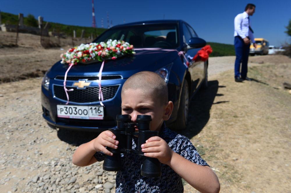 Chłopiec czeka na gości weselnych we wsi Werchnij Dżałgan rejonu derbenckiego w Dagestanie.