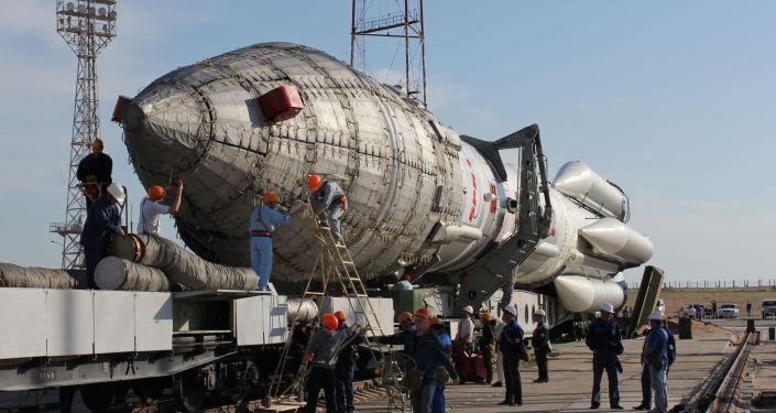 Rakieta nośna Proton-M na kosmodromie Bajkonur w Kazachstanie