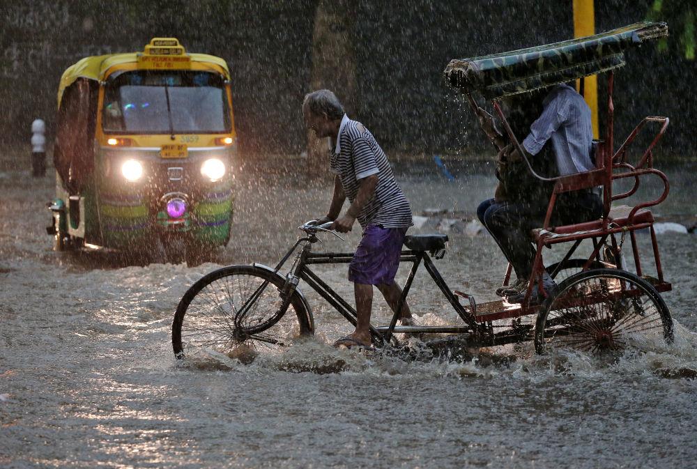 Ryksza podczas monsunów w Indiach