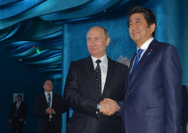 Prezydent Rosji Władimir Putin i premier Japonii Shinzo Abe podczas II Wschodniego Forum Ekonomicznego we Władywostoku