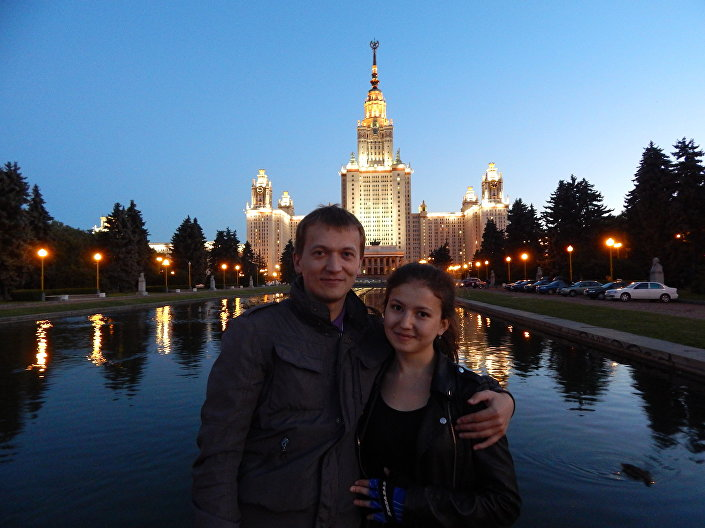 Na tle Moskiewski Uniwersytet Państwowy, który ukończył mój narzeczony.