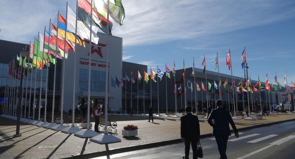 """Odwiedzający na otwarciu Międzynarodowego Forum Wojskowo-Technicznego """"Armia 2016"""""""