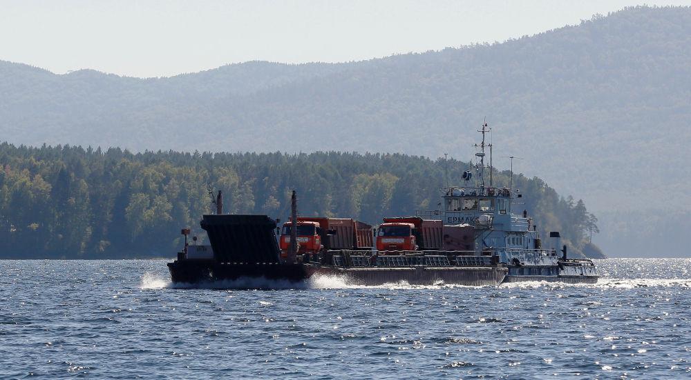 Barka na rzece Jenisej