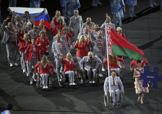 Białoruska reprezentacja paraolimpijska z rosyjską flagą na ceremonii otwarcia Igrzysk Paraolimpijskich 2016 w Rio de Janeiro
