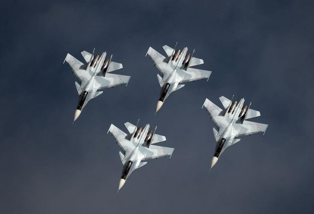 """Wielozadaniowe myśliwce Su-30SM zespołu akrobacyjnego """"Sokoły Rosji"""" wzięły udział w pokazie lotniczym na lotnisku w Kubince."""