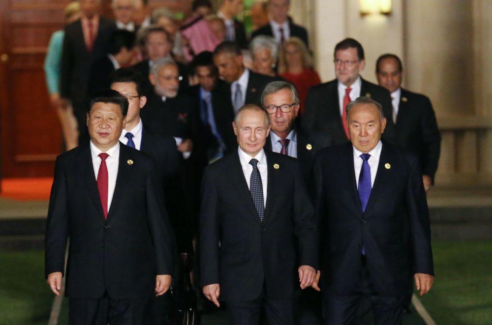 Prezydent Rosji Władimir Putin przed wspólną fotografią szefów delegacji państw uczesniczących w G20 zaproszonych państw i organizacji międzynarodowych wraz z partnerami w chińskim Hanzhou