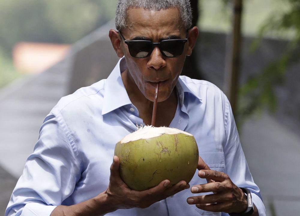 Barack Obama z kokosem w Laosie
