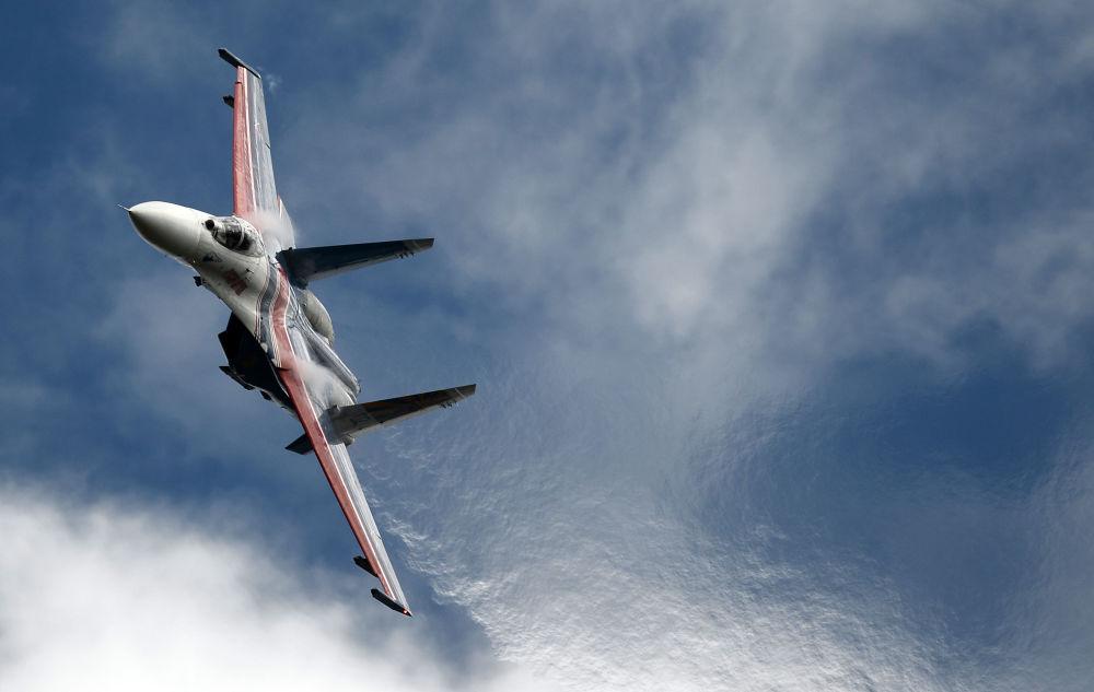 Wielozadaniowy myśliwiec Su-27 grupy pilotażowej Russkie Witiazi na Międzynarodowym Forum ARMIA-2016