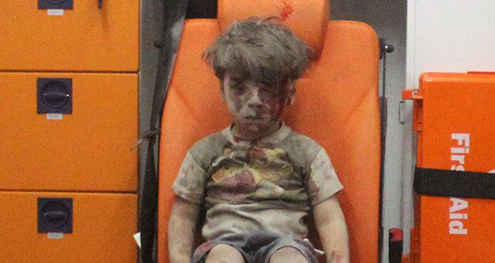 Niewinne ofiary wojny... Okolice Aleppo, ocalony z powietrznego ataku terrorystów 5-letni Omran Daqneesh
