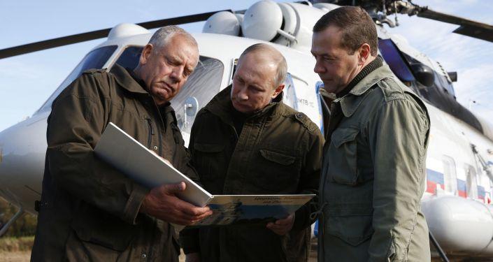 Gubernator obwodu nowgorodskiego Sergey Mitin z Prezydentem Rosji Władimirem Putinem i Premierem Rosji Dmitrijem Miedwiediewem na wyspie Lipno.