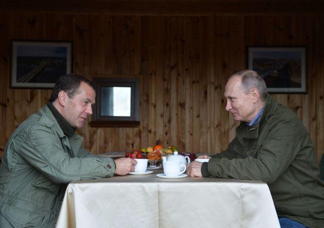 Premier Rosji Dmitrij Miedwiediew oraz Prezydent Rosji Władimir Putin na wyspie Lipno w obwodzie nowgorodskim.