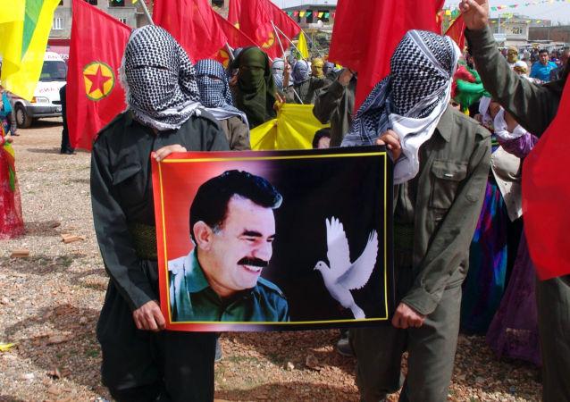 Zwolennicy zakazanej w Turcji Partii Pracujących Kurdystanu z portretem lidera Abdullaha Öcalana