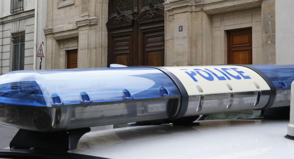 Wóz policyjny pod biurem Google w Paryżu