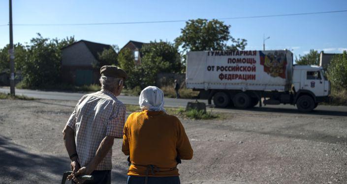 Okolice Doniecka, mieszkańcy obserwują przejazd konwoju humanitarnego