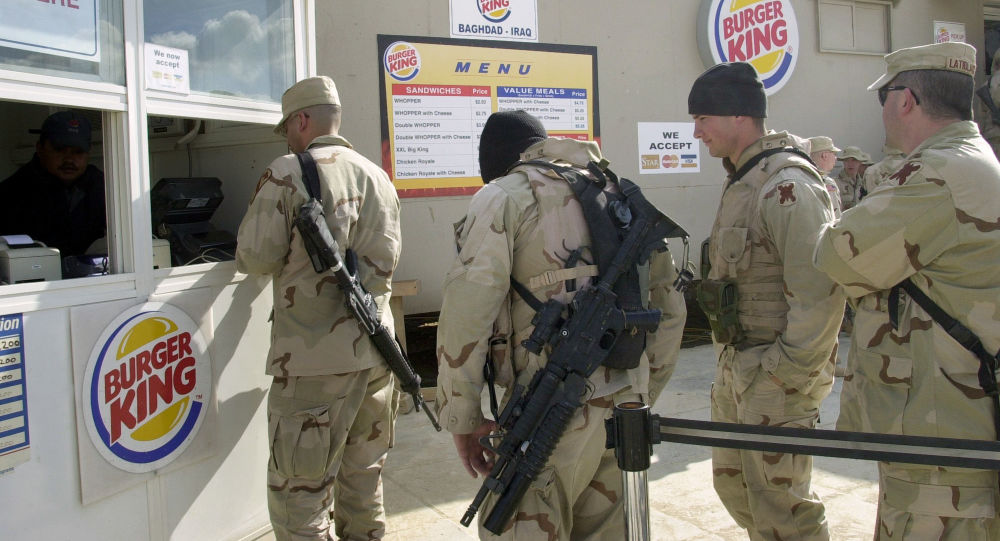 Amerykańscy żołnierze w kolejce do Burger Kinga