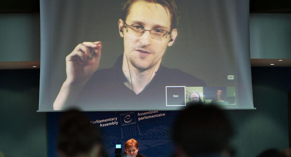 Były oficer CIA Edward Snowden podczas wideokonferencji z Rosji