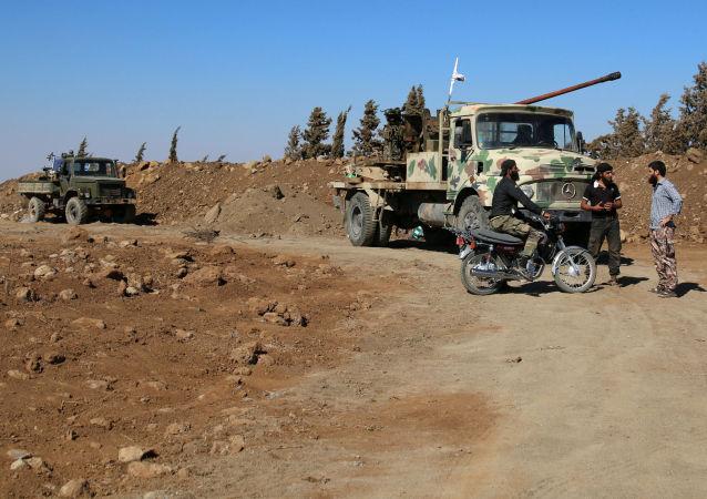 Siły syryjskiej opozycji w pobliżu miasta Al-Kunajtira