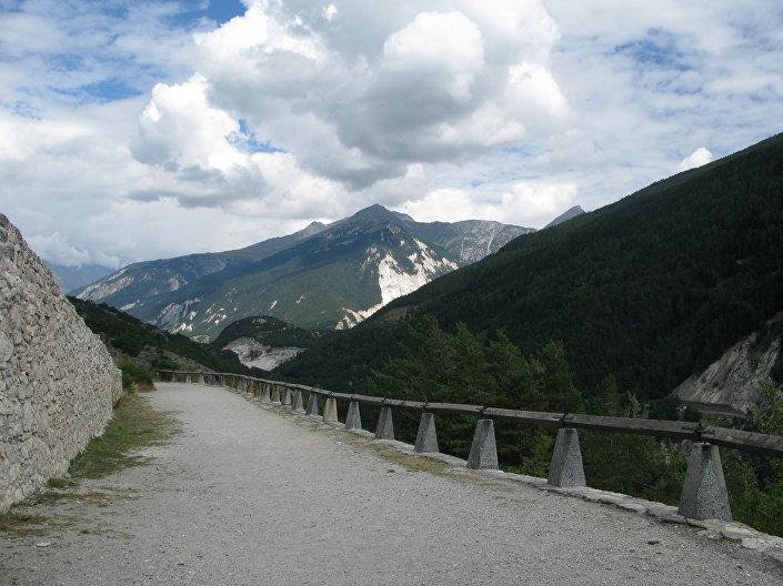 20 minut samochodem wzdłuż górskiej serpentyny i jesteśmy na początku naszej drogi.