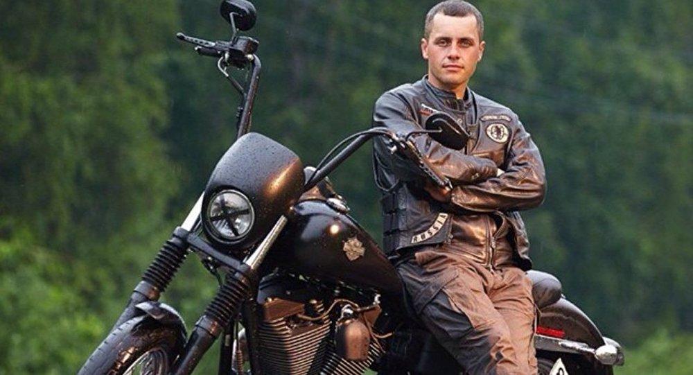 Uwielbiam podróżować. W sposób szczególny pasjonują mnie wyprawy motocyklowe. Kilkakrotnie przejechałem Rosję w samotności, ale też z rosyjskimi przyjaciółmi